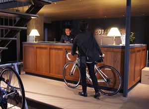 全国初、自転車に乗ったままチェックインできるフロント。