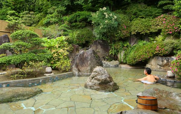 滔々と源泉かけ流し。野趣あふれる露天風呂