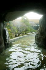 先人が掘り出した坐忘名物の洞窟風呂。