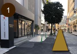ホテル前の道路(一方通行)を直進します。