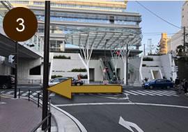 藤沢市役所前の信号を左折し直進します。