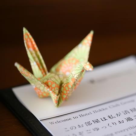 スタッフ手作りの折鶴。