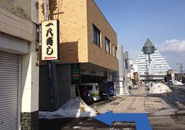 一八寿司の看板が見えたら、一方通行を左折します。