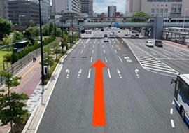 国道84号線を東へ進み、右手に広島駅が見えたら左車線に入ります。