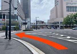 広島駅正面にある新幹線口(東)交差点を左折します。 左角にある広島銀行が目印でございます。