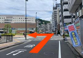 1つめの交差点を左折します。右手にあるエスマル薬局が目印でございます。
