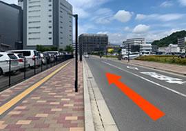 JR広島病院を右手にそのまま直進します。