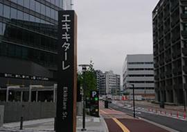 横断歩道を過ぎて右手に広島県医師会、左手に『エキキターレ』の看板が見えてきます。