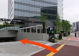 『エキキターレ』の看板を過ぎてすぐ左手に地下1階の駐車場への入り口がございます。 こちらのグラノード駐車場が当ホテルと提携している駐車場でございます。