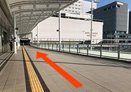 広島駅北口を出て三又を左に曲がって頂き、広島駅を左手に歩道橋をお進みください。