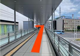 歩道橋に沿って大通りを渡って頂き、突き当りを左へ下りてください。(階段もしくはエレベーターがございます。)