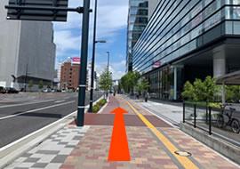 歩道橋を下りて広島テレビ放送を目印に直進します。