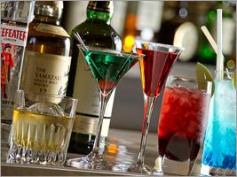夜はお洒落なバーに 美味しいオードブルとお酒をお楽しみください。