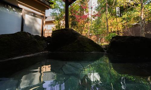 天然温泉かけ流し、やわらかな湯に癒される。